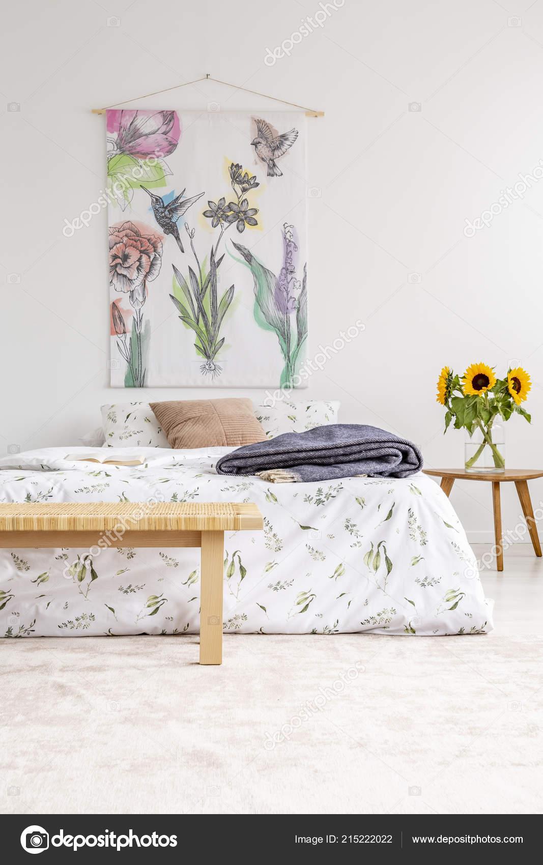 Ferienhaus Haus Minimal Schlafzimmer Innenraum Mit Bunten Blumen Und ...