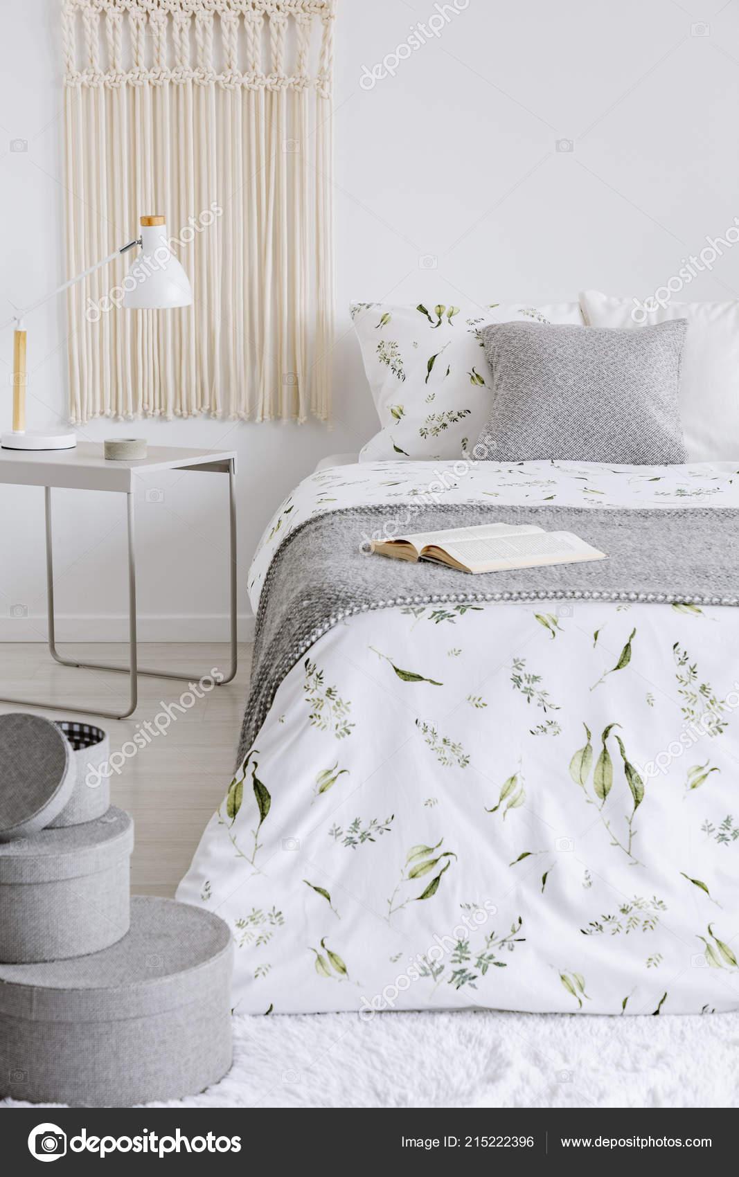 Ein Gemütliches Schlafzimmer Pastell Interieur Mit Einem Bett ...