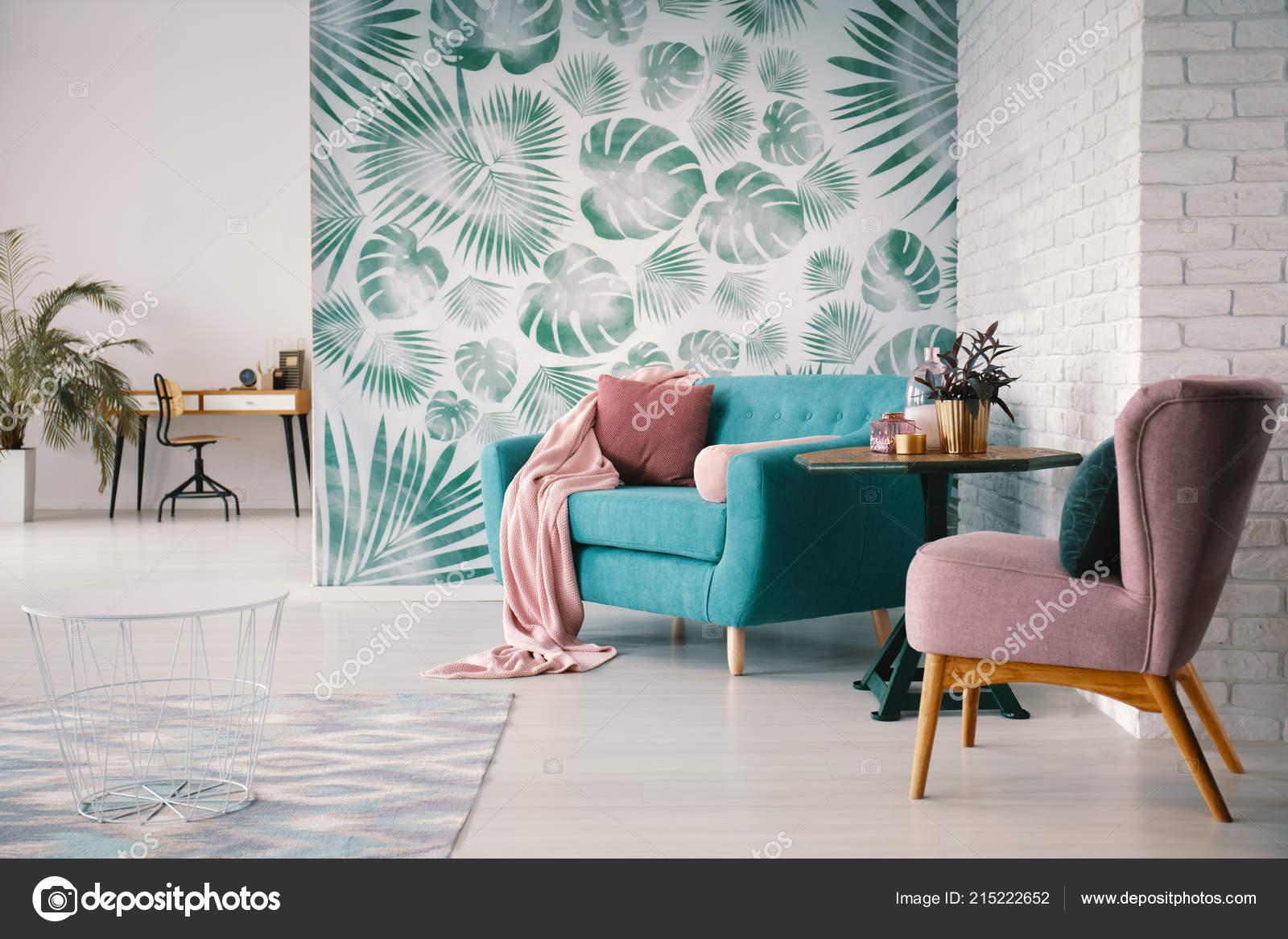 Stuhl Und Turkis Sofa Grunen Wohnzimmer Interieur Mit