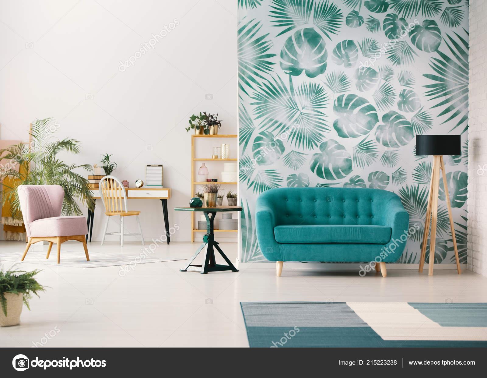 Weiße Wohnzimmer Interieur Mit Grünen Tapete Das Realistische Foto ...