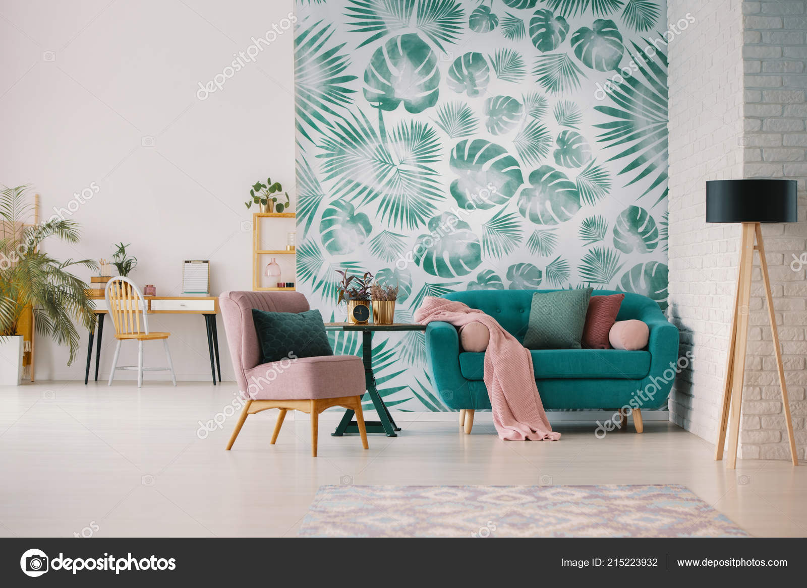 Rosa Sessel Und Blauen Sofa Wohnzimmer Interieur Mit Grüne Tapete ...