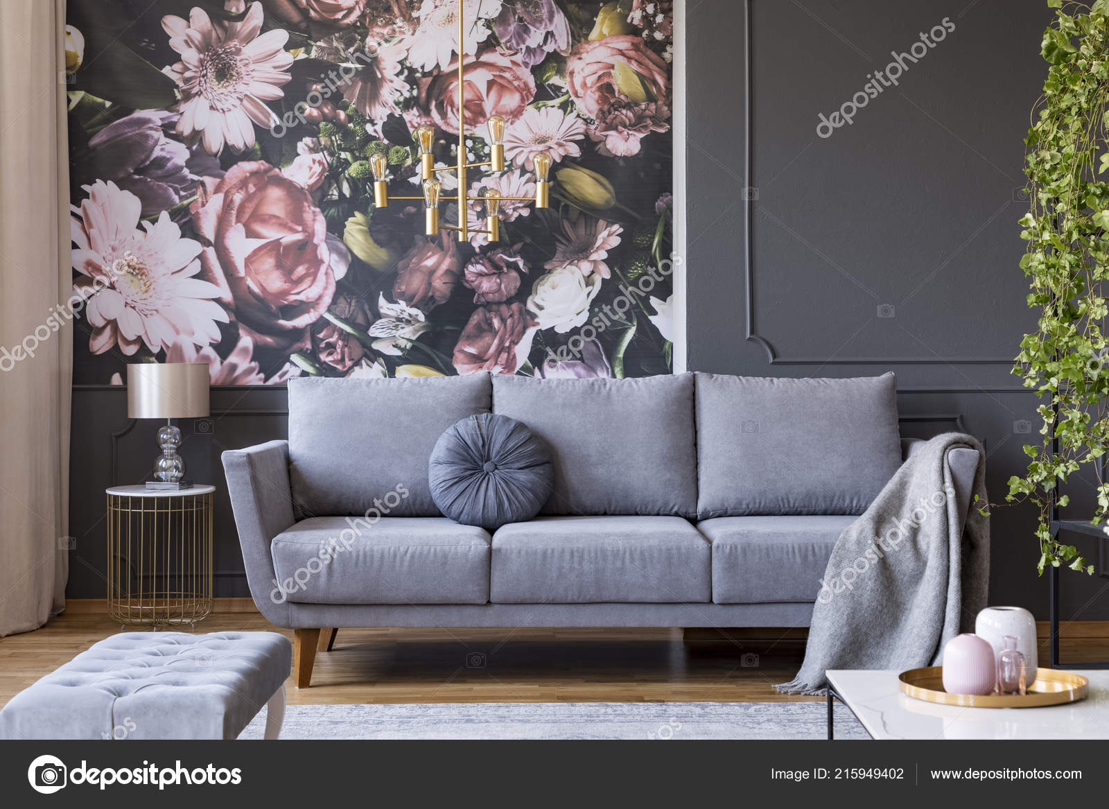 Decke Auf Graue Couch Wohnzimmer Interieur Mit Blumen Tapete Und