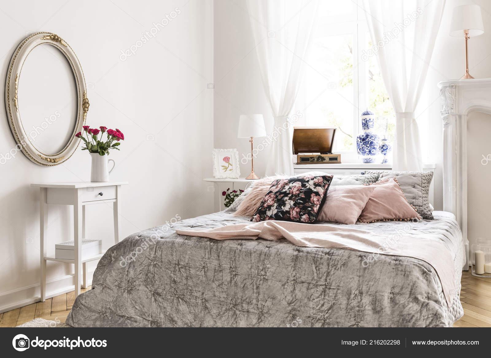 Style Anglais Intérieur Chambre à Coucher Comporte Un Lit Avec Literie Gris  Clair Et Rose Et La Limonade Rose Motif Oreillers Et Blanc Ornés De Meubles  Et ...