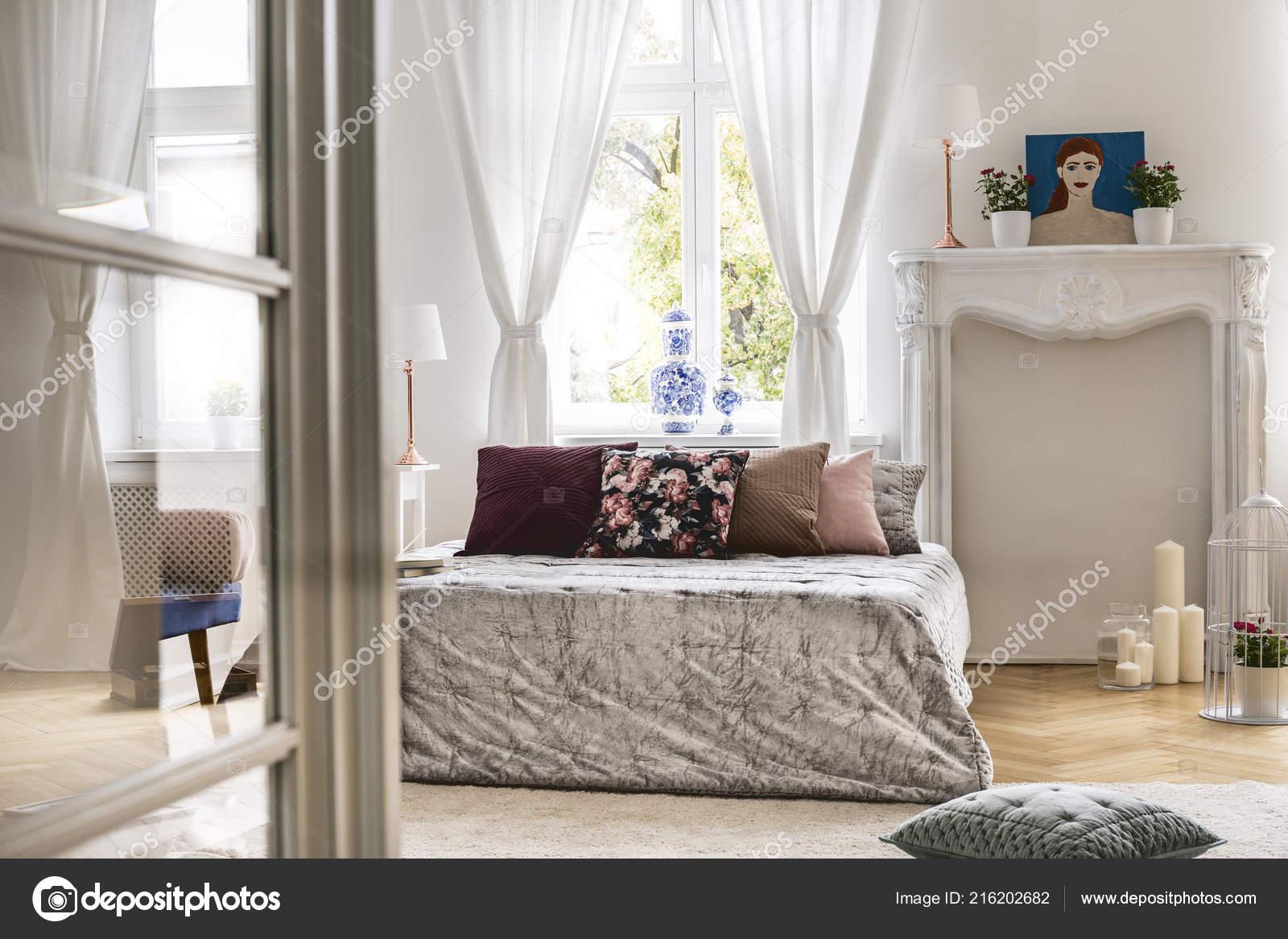 Ein Blick Aus Einem Anderen Raum Ein Gemütliches Schlafzimmer ...