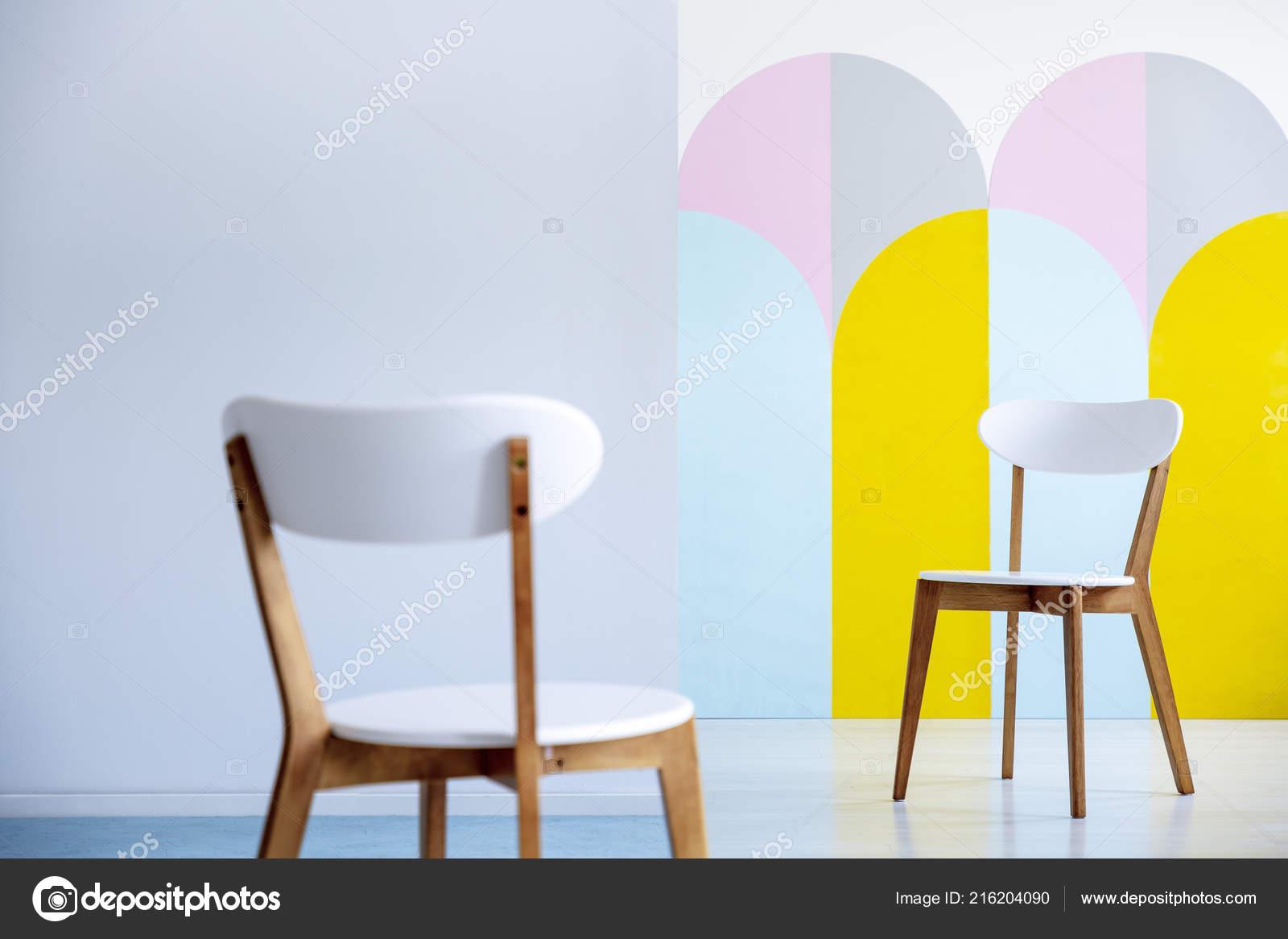 Zwei Weiße Stühle Einander Gegenüber Einer Hellen Büroeinrichtung
