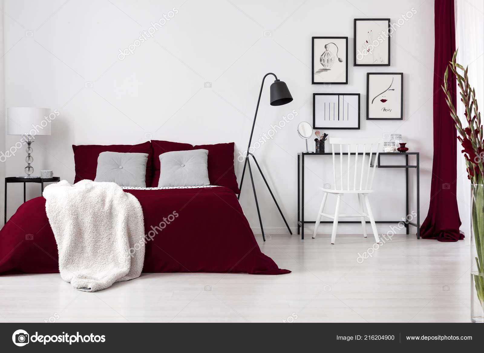 contraste couleurs blanc bourgogne noir dans intérieur moderne