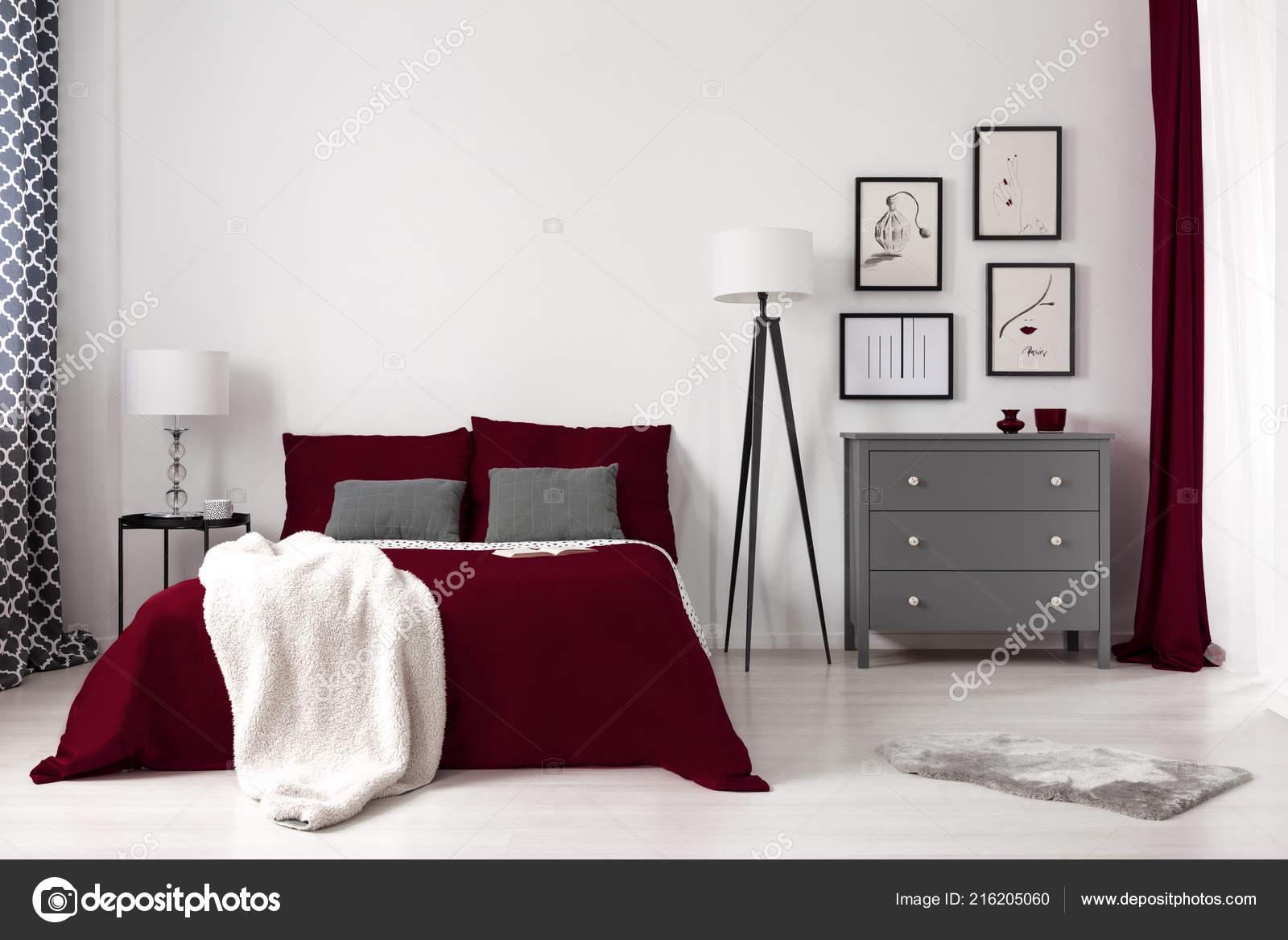 Camera Da Letto Modello Glamour : Foto reale fascino interni camera letto con letto rosso scuro u2014 foto