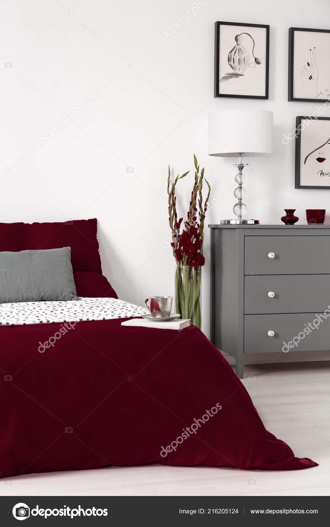 photo réelle intérieur chambre coucher romantique avec des feuilles