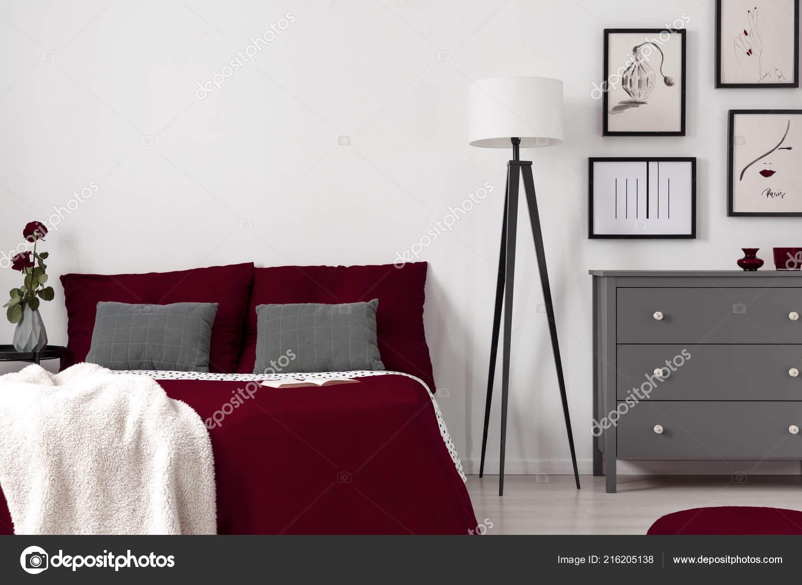 Rote Blatter Auf Einem Bett Lampe Und Kommode Schlafzimmer Innenraum