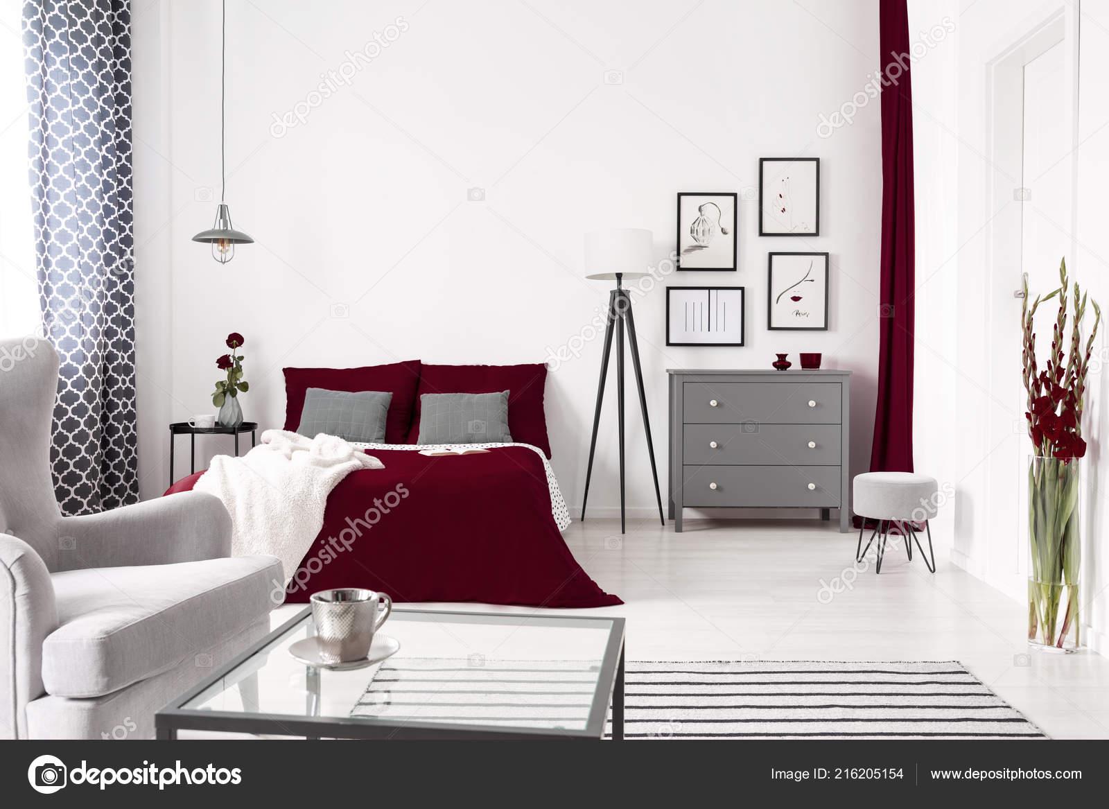 Glamour Schlafzimmer Innenraum Weiss Grau Und Burgund Mit Einem Bett