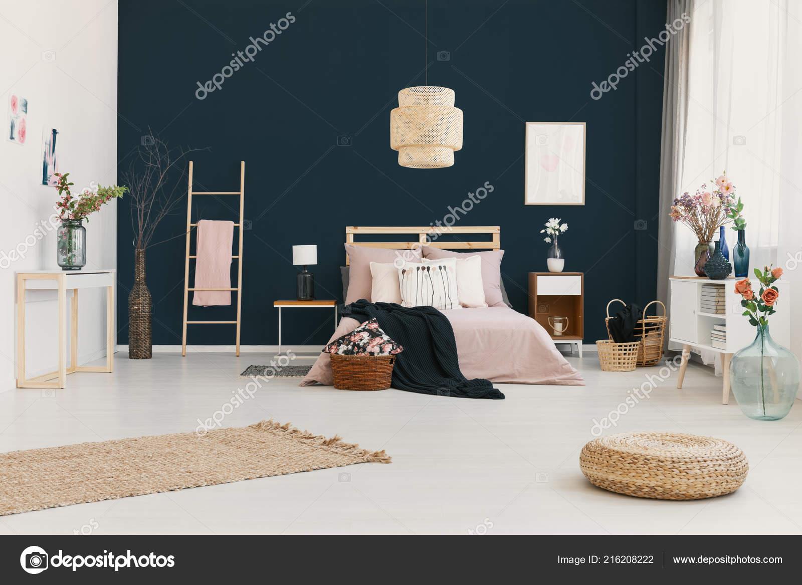 Echtes Foto Von Hellen Schlafzimmer Innenraum Mit Dunkel Blauen Wand U2014  Stockfoto