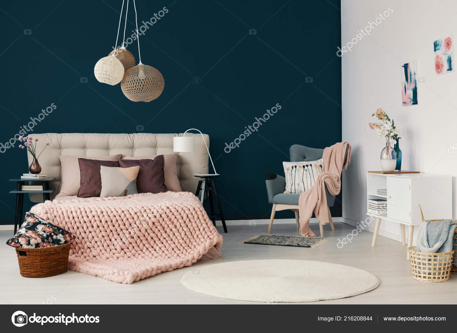 Poltrona grigia con rosa cipria coperta cuscino piedi nell for Pareti eleganti