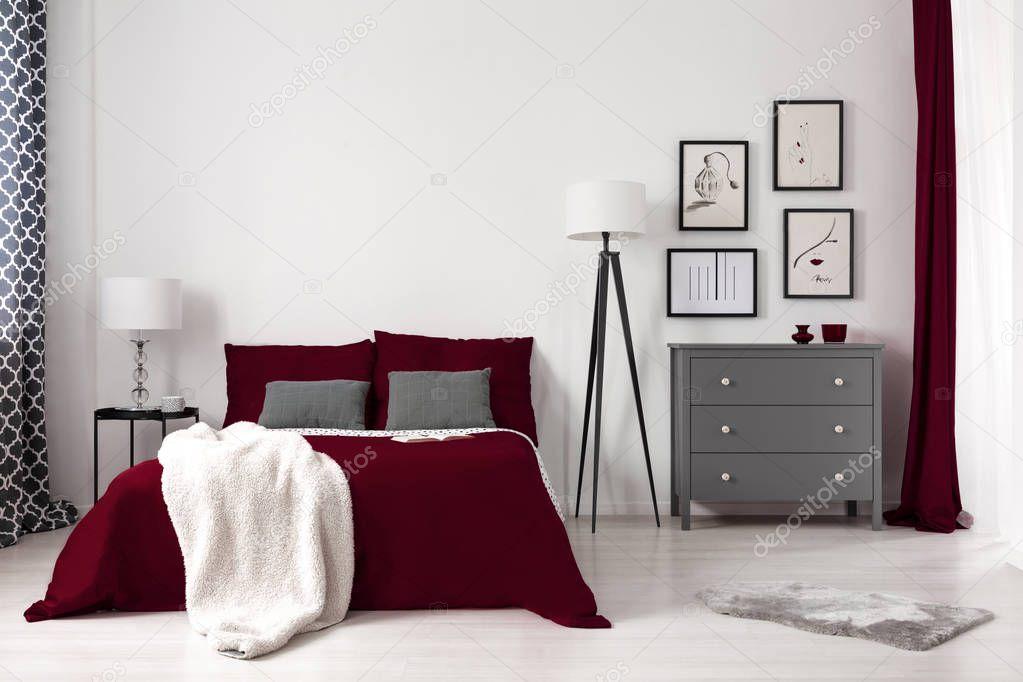 Photo Réelle Intérieur Chambre Glamour Avec Lit Rouge Sombre