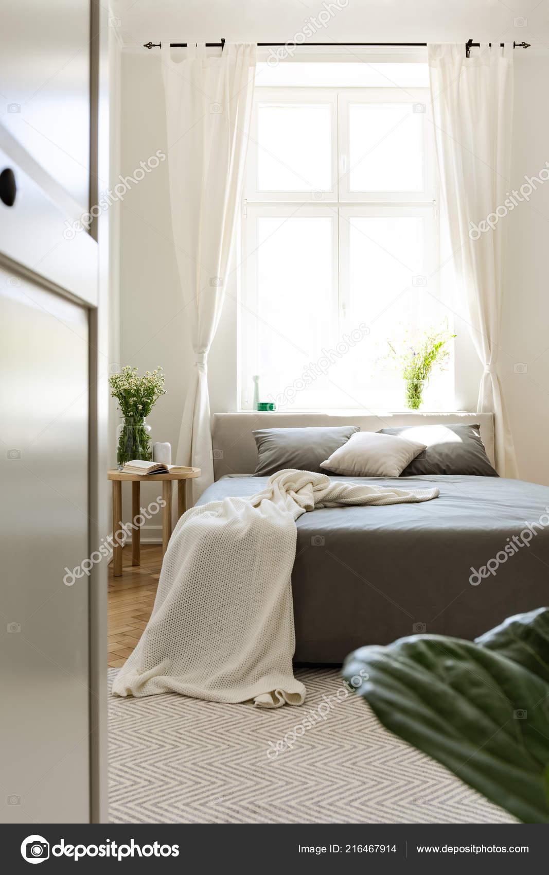 angle vertical dans intérieur chambre harmonie ensoleillée avec lit