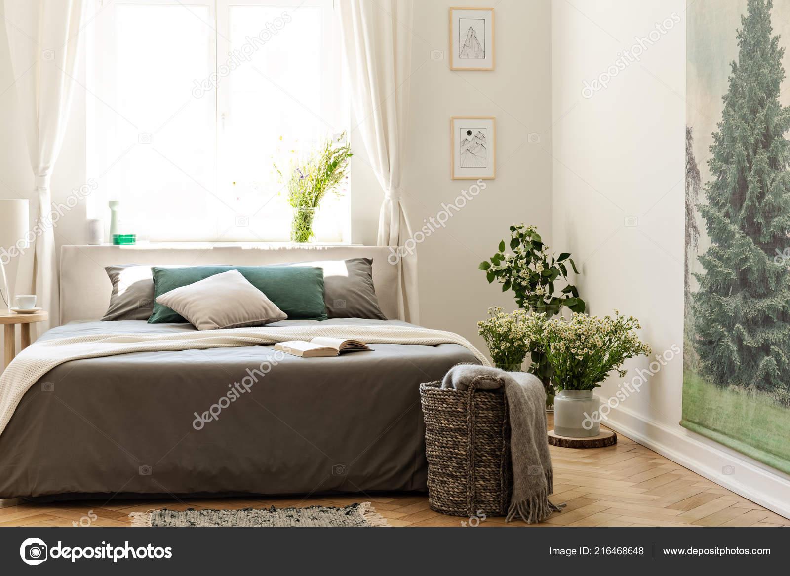 Holzfußboden Natur ~ Natur schlafzimmer interieur erdfarben mit einem bett auf einem
