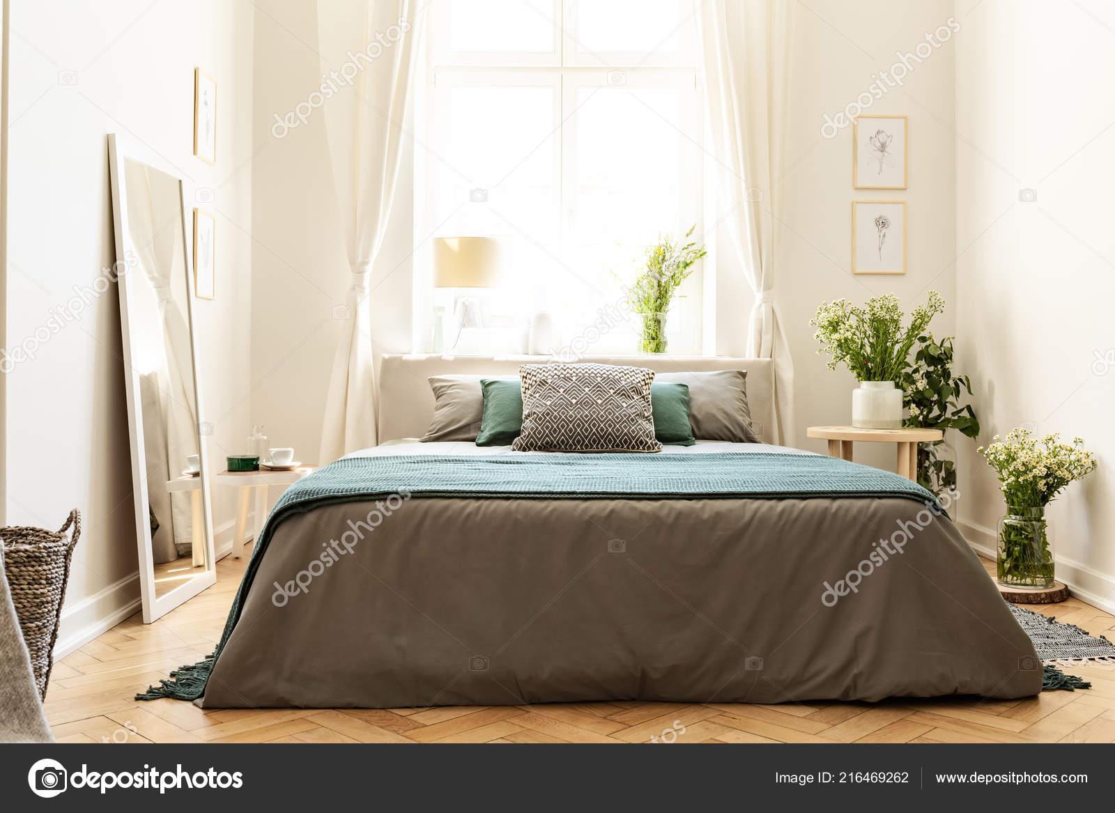 Beige Grün Und Grau Schlafzimmer Innenraum Ein Mietshaus Mit Einem U2014  Stockfoto