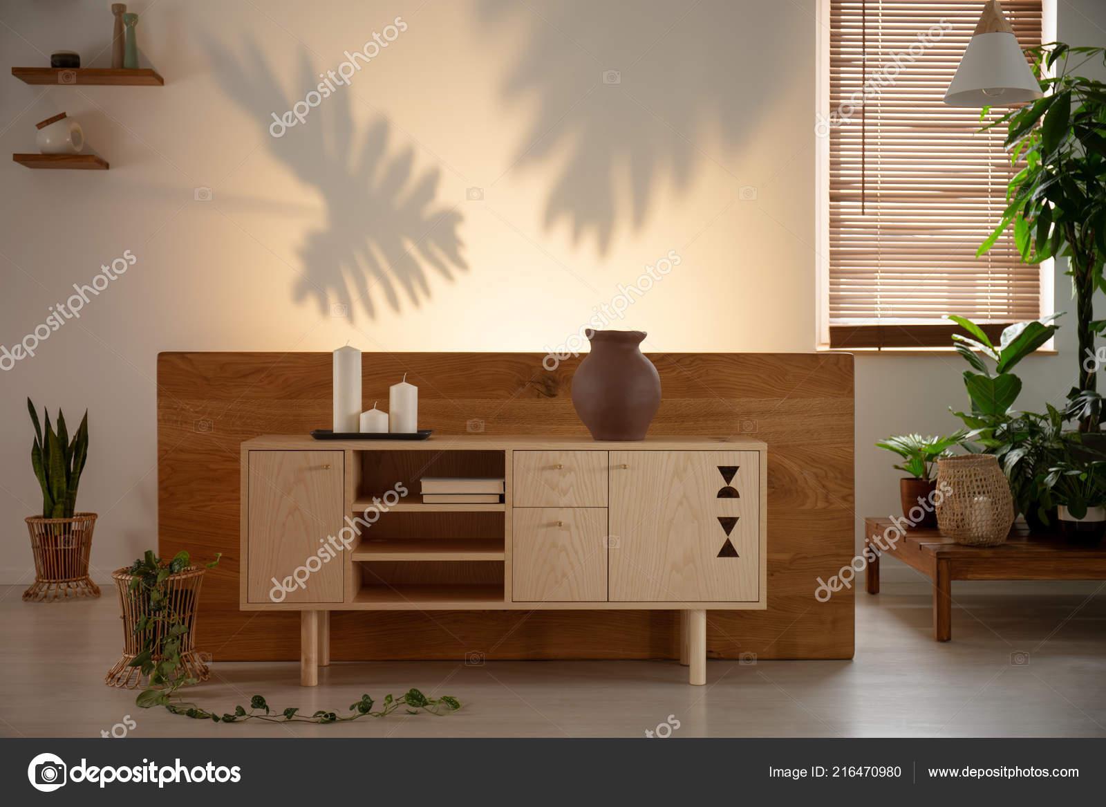 Kerzen Auf Holzschrank Und Pflanzen Wohnzimmer Interieur Mit ...