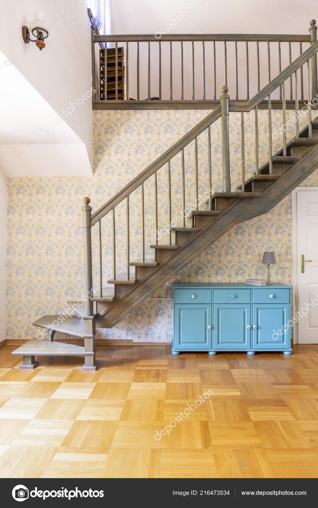 Scale Di Legno Da Interni.Foto Reale Semplice Corridoio Con Scale Grigio Legno Armadi