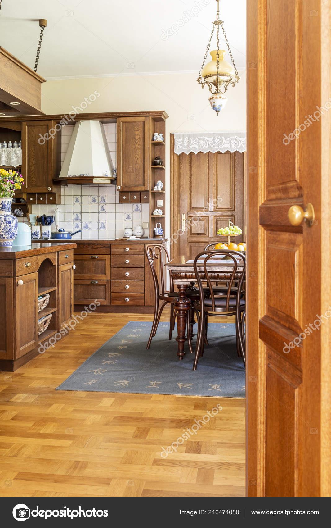 Foto Real Interior Madera Cocina Con Armarios Mesa Comedor Sillas ...