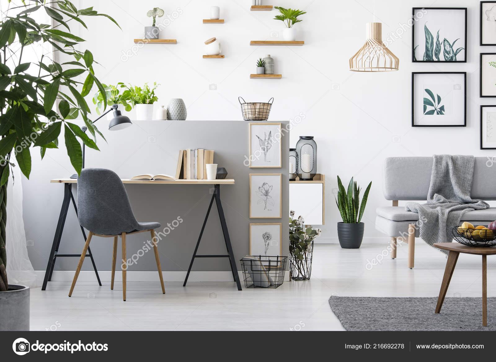 Photo réelle intérieur bureau maison avec une salle séjour meubles