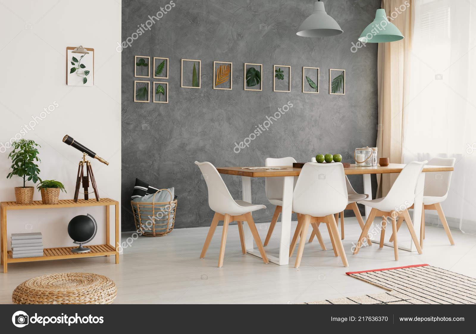 Moderne Blanc Salle Manger Chaises Autour Une Grande Table Boisu2013 Images De  Stock Libres De Droits