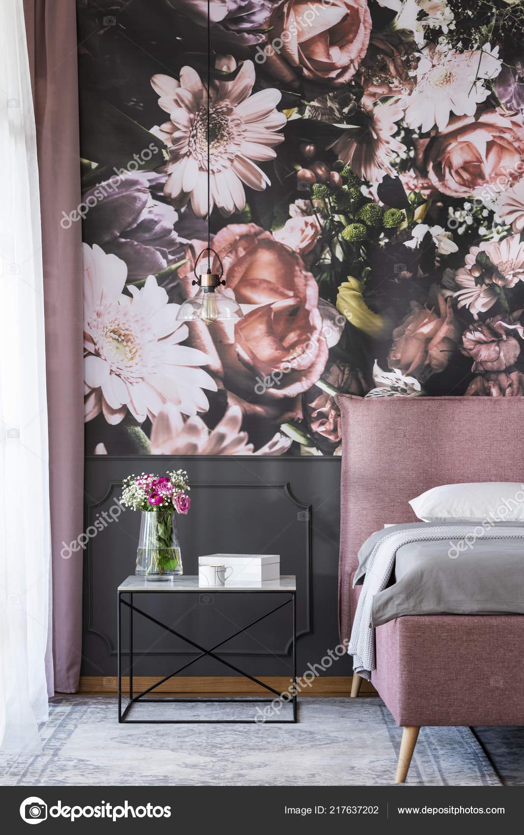 Modern Behang Slaapkamer.Bloemen Tafel Naast Roze Bed Slaapkamer Interieur Met