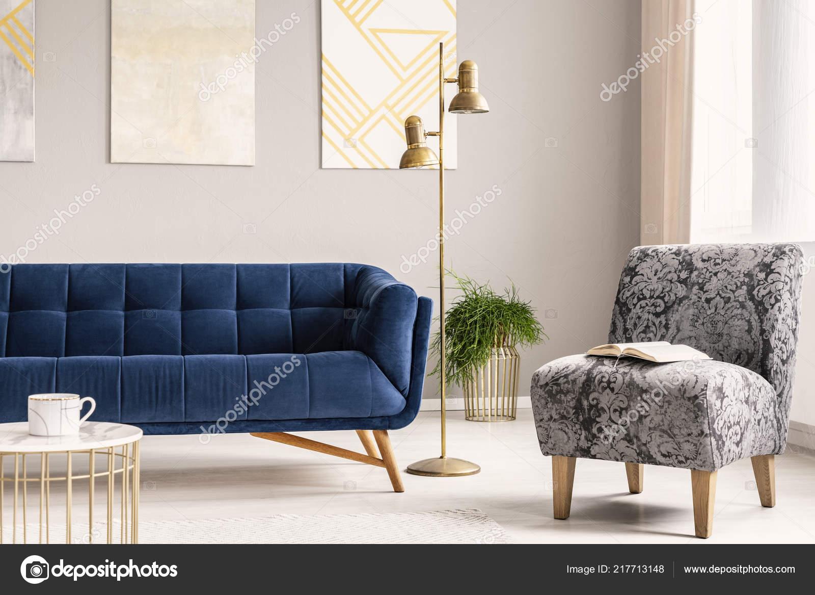 Minimalistische stijl woonkamer interieur met een marine blauwe