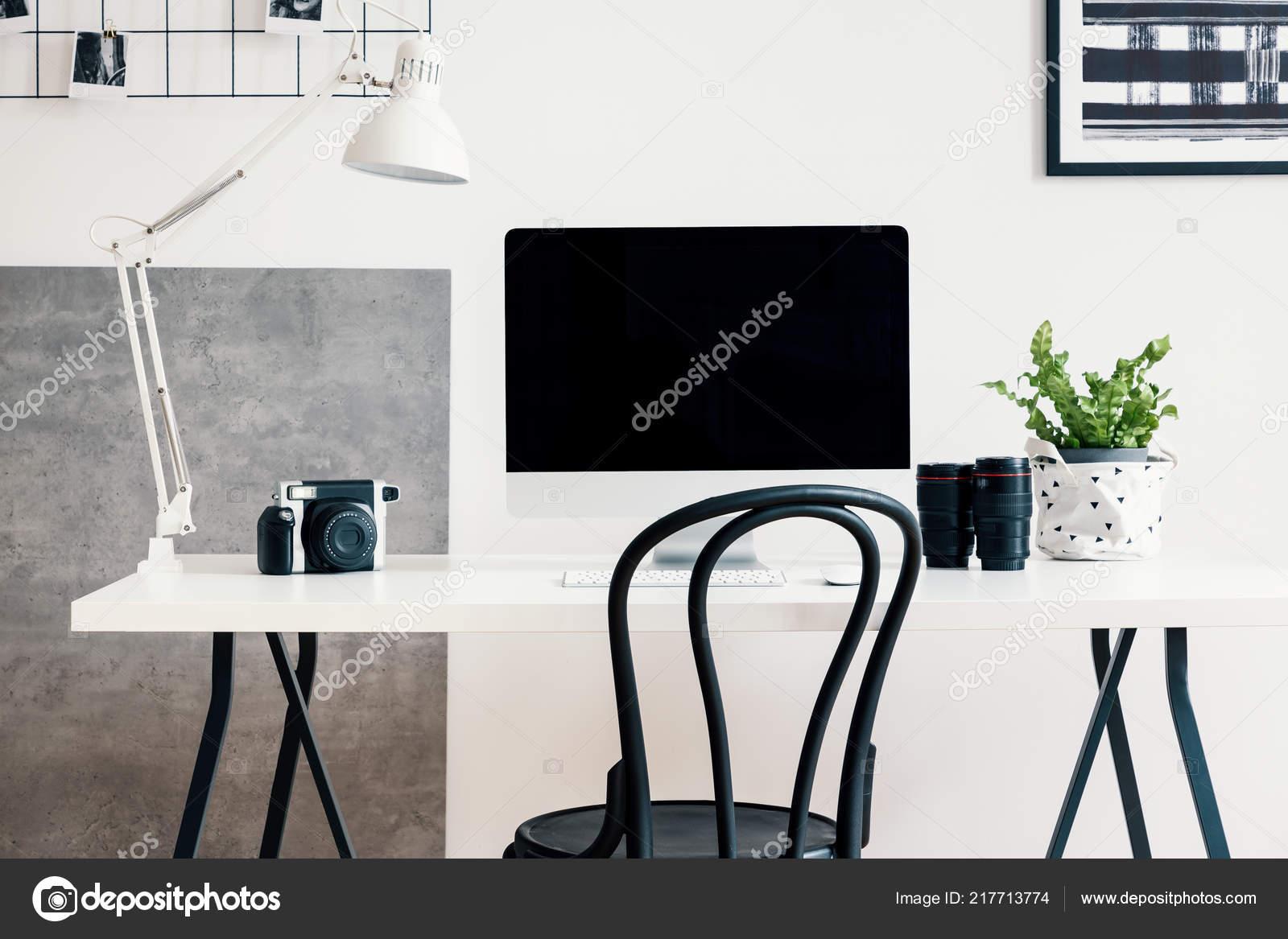 Fauteuil noir bureau blanc avec ordinateur une lampe dans