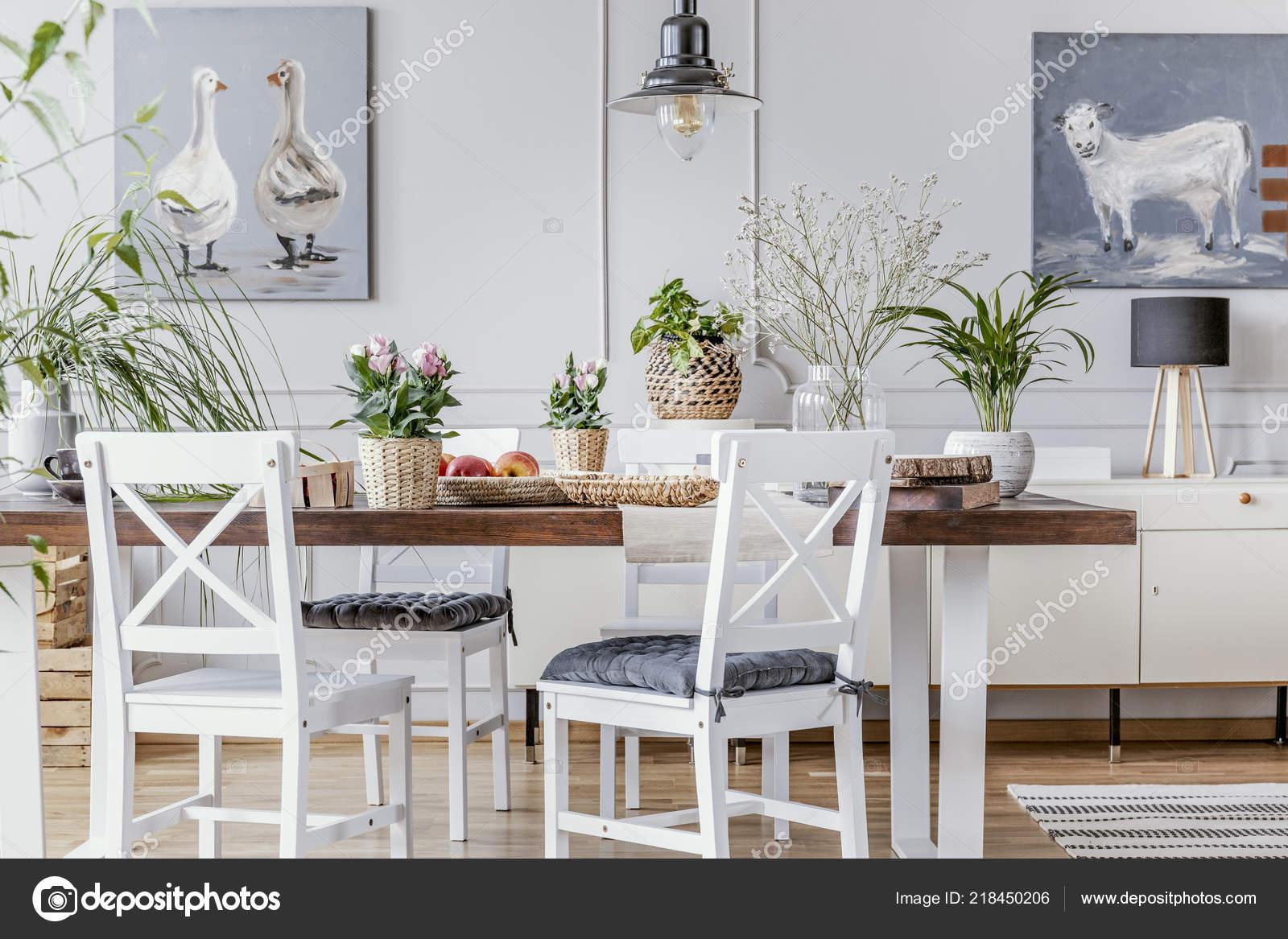 Sillas Blancas Mesa Madera Con Flores Comedor Interior Con Carteles ...