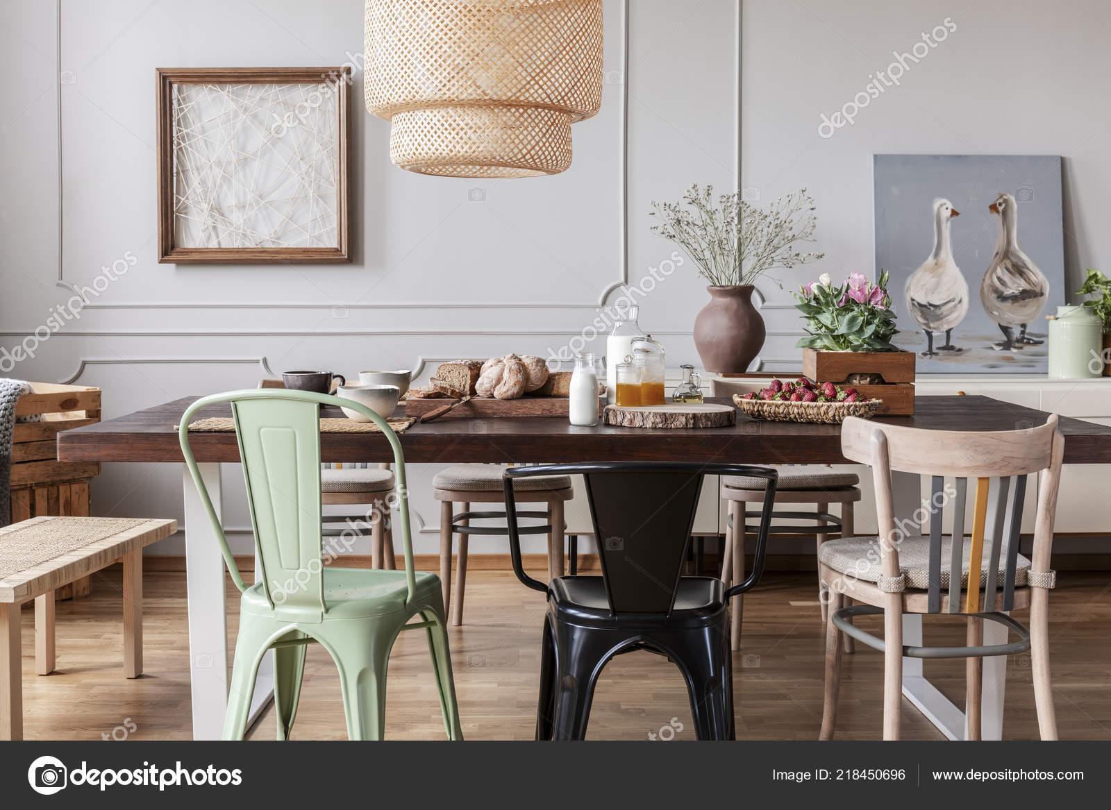 Chaises Colorees Une Table Bois Dans Interieur Salle Manger Gris