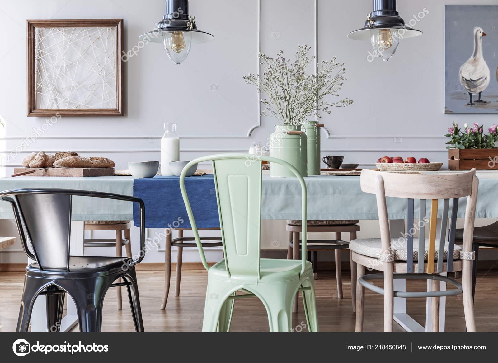 Bunte Stühle Tisch Cottage Grau Esszimmer Interieur Mit ...