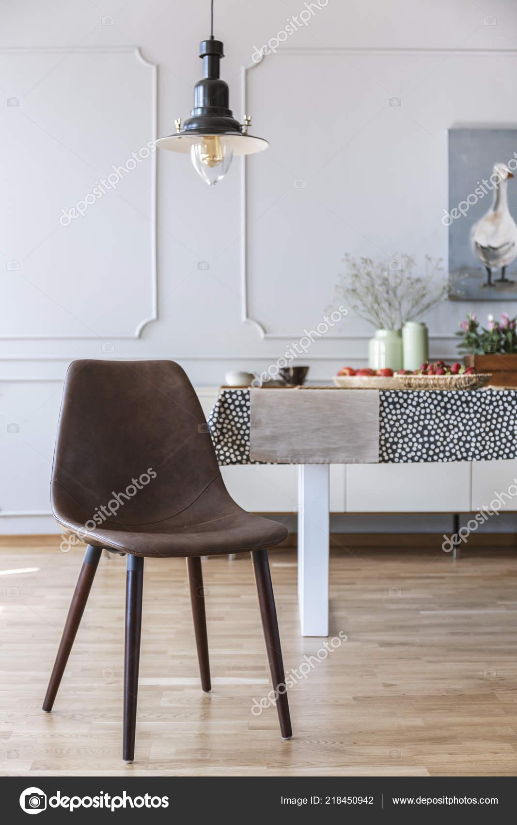 Tavolo Bianco E Sedie Marroni.Sedia Marrone Sotto Lampada Interiore Bianco Sala Pranzo Con Tavolo
