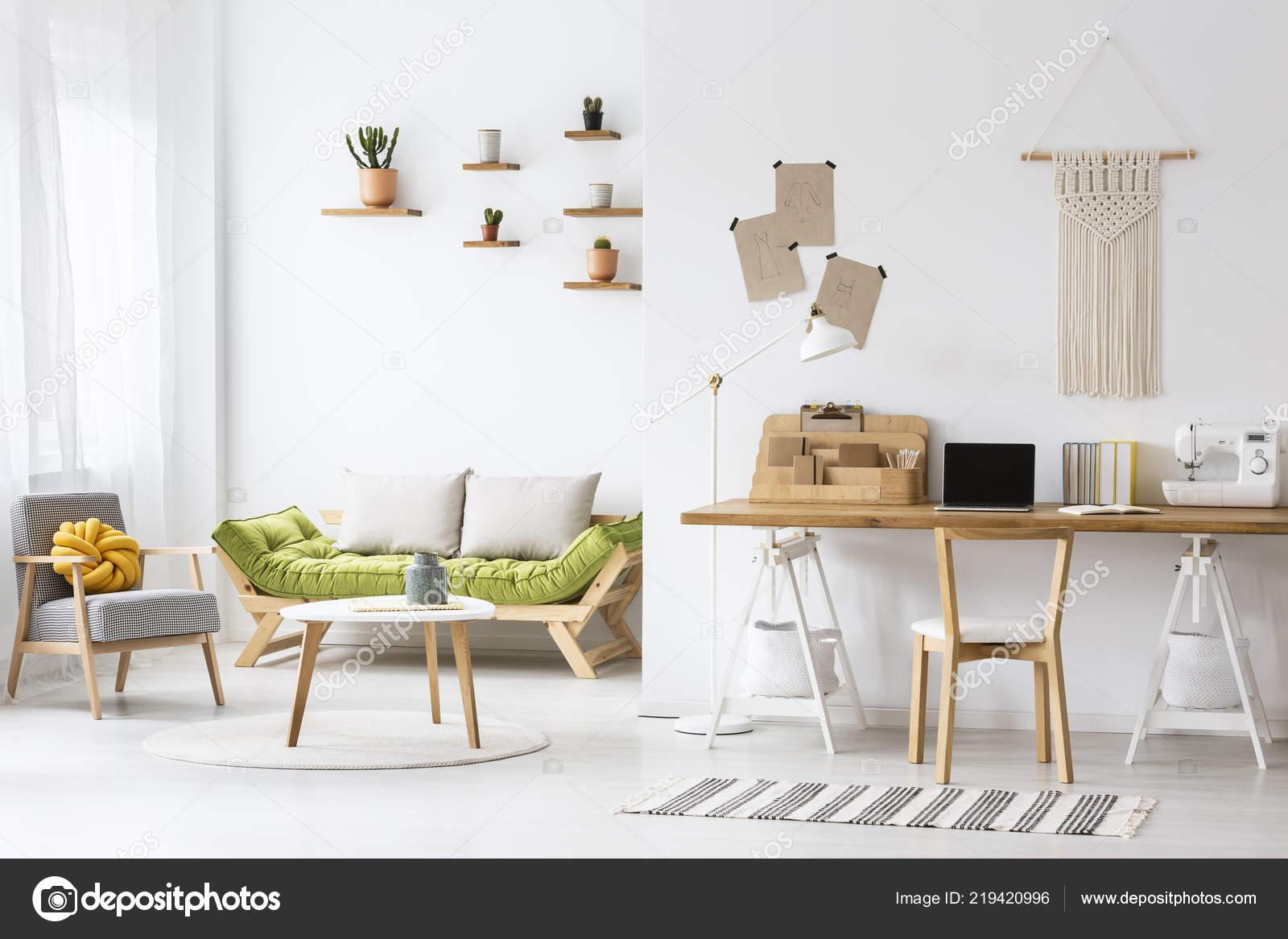 Einfache Home Office Mit Einem Schreibtisch Und Wohnzimmer Interieur ...