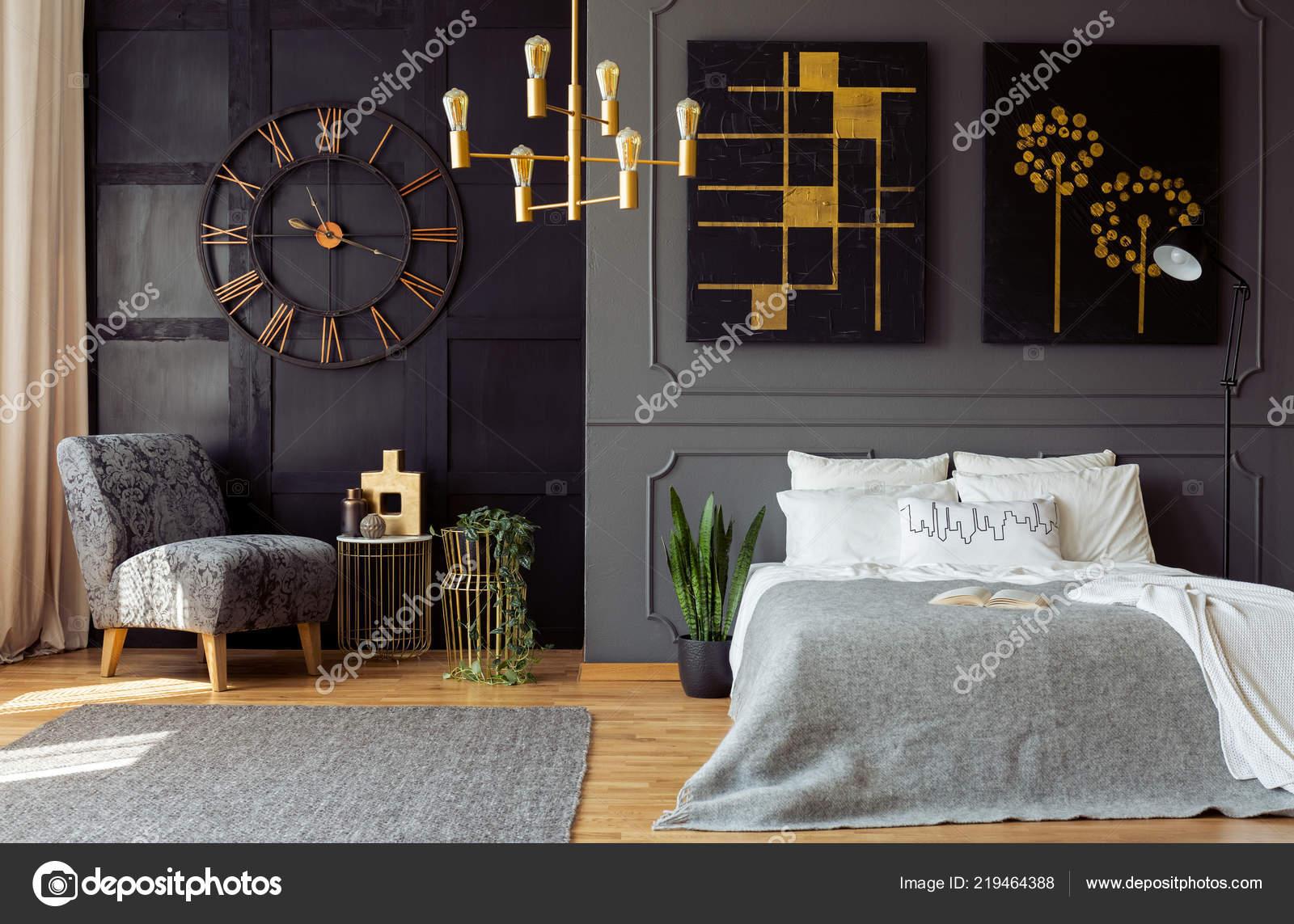 Letto Grigio Scuro : Foto reale interiore camera letto grigio scuro con modanatura