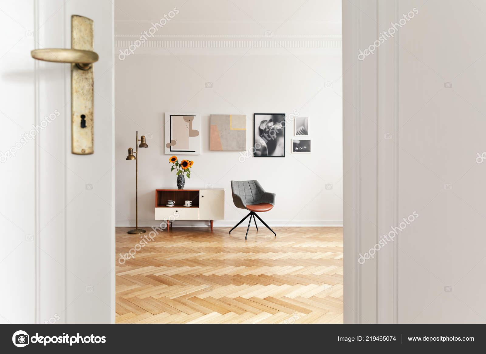 Weisse Wohnzimmer Interieur Mit Fischgratmuster Stock Gold