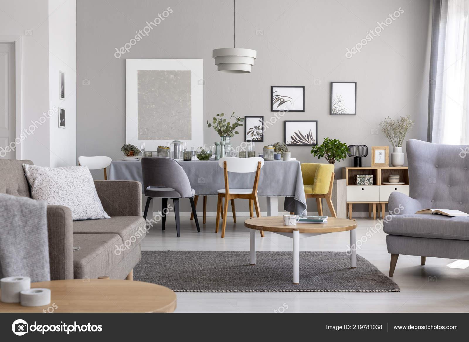 Foto reale interno moderno salotto con tavolo pranzo grafica una