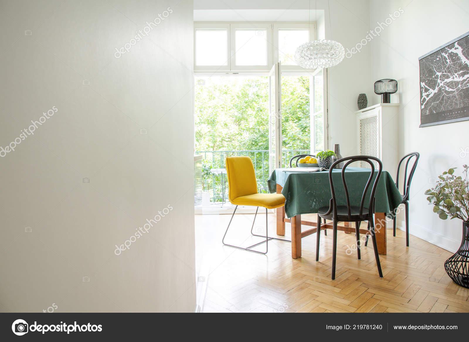 Mobili Della Sala Da Pranzo : Interiore della sala pranzo con mobili legno pareti bianche spazio