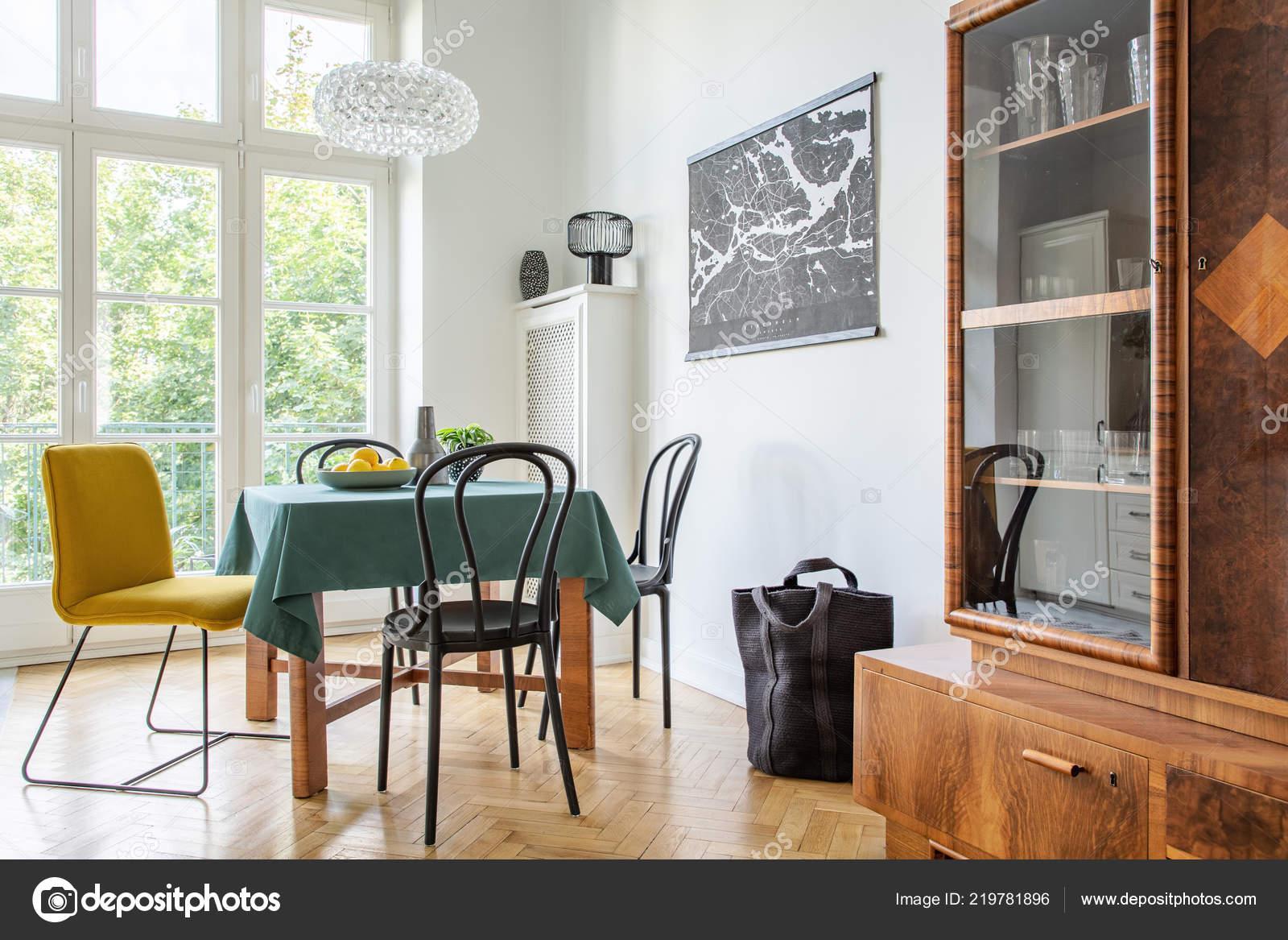 Credenza Sala Da Pranzo : Interiore retrò sala pranzo con tavolo sedie credenza caseggiato