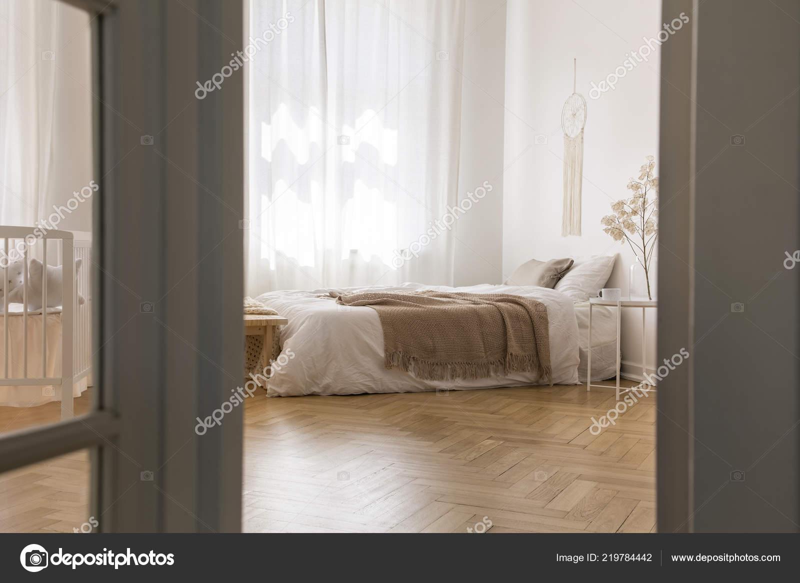 реальные фото интерьер яркие спальни паркета елочкой двуспальная