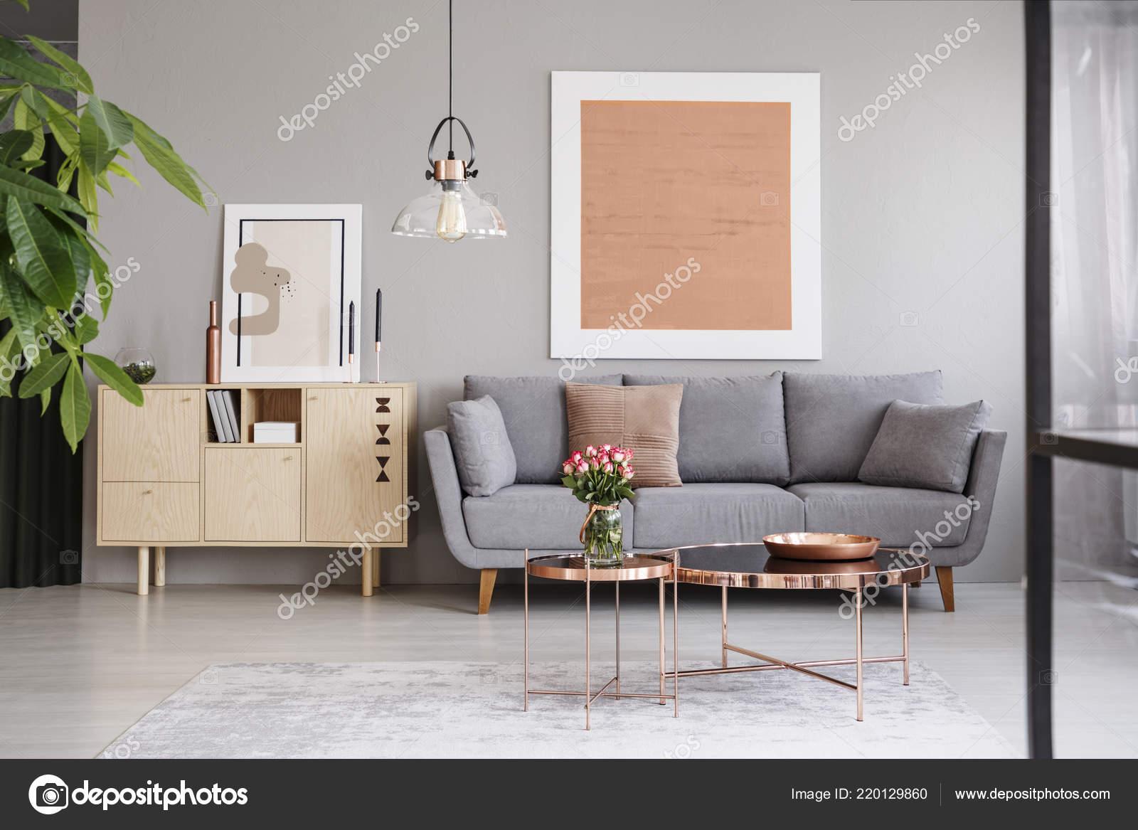 Großes Bild Auf Eine Graue Wand Oben Ein Elegantes Sofa ...
