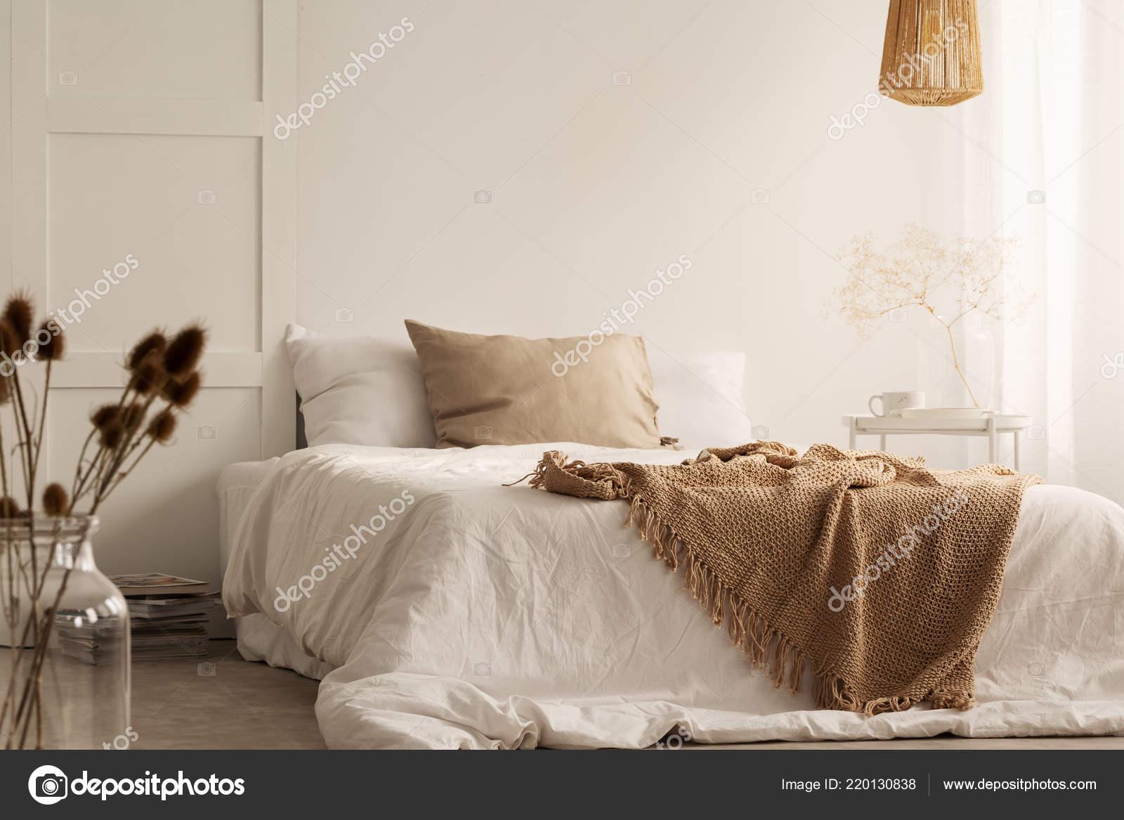 Blumen Und Lampe Weißen Natürlichen Schlafzimmer Innenraum ...