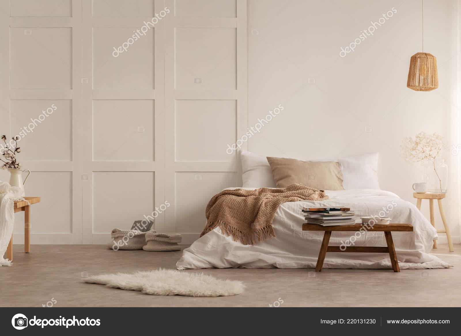 Pelliccia sgabello legno davanti letto con coperta all interno della