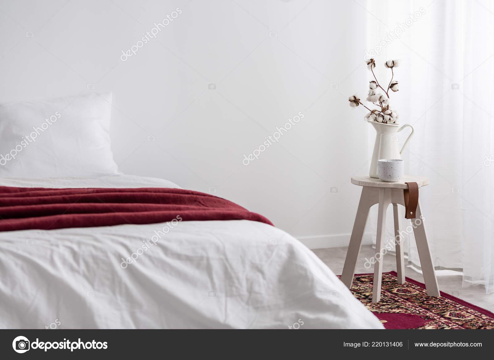 Blumen Tisch Neben Weißen Bett Mit Roter Decke Minimalen ...