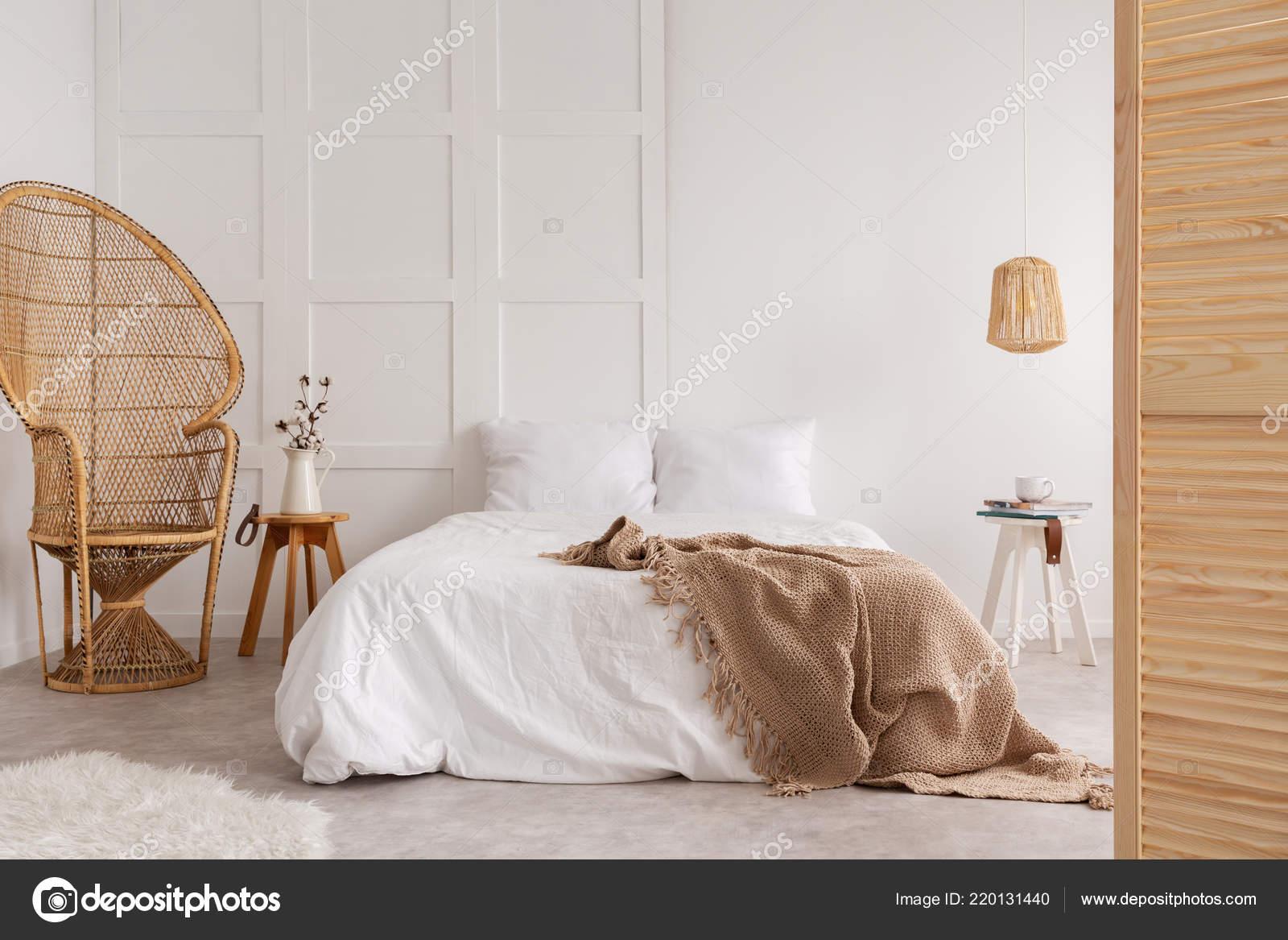 Rattan Sessel Und Holztisch Neben Bett Mit Braunen Decke ...