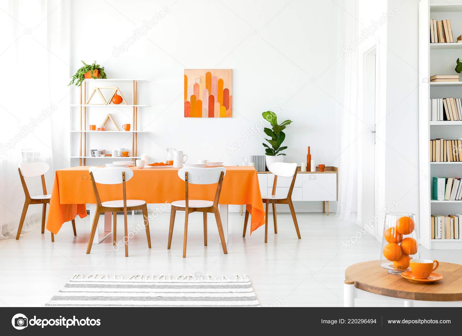 Eetkamer Van Oranje : Witte oranje eetkamer met schilderen muur boekenkast hoek groene