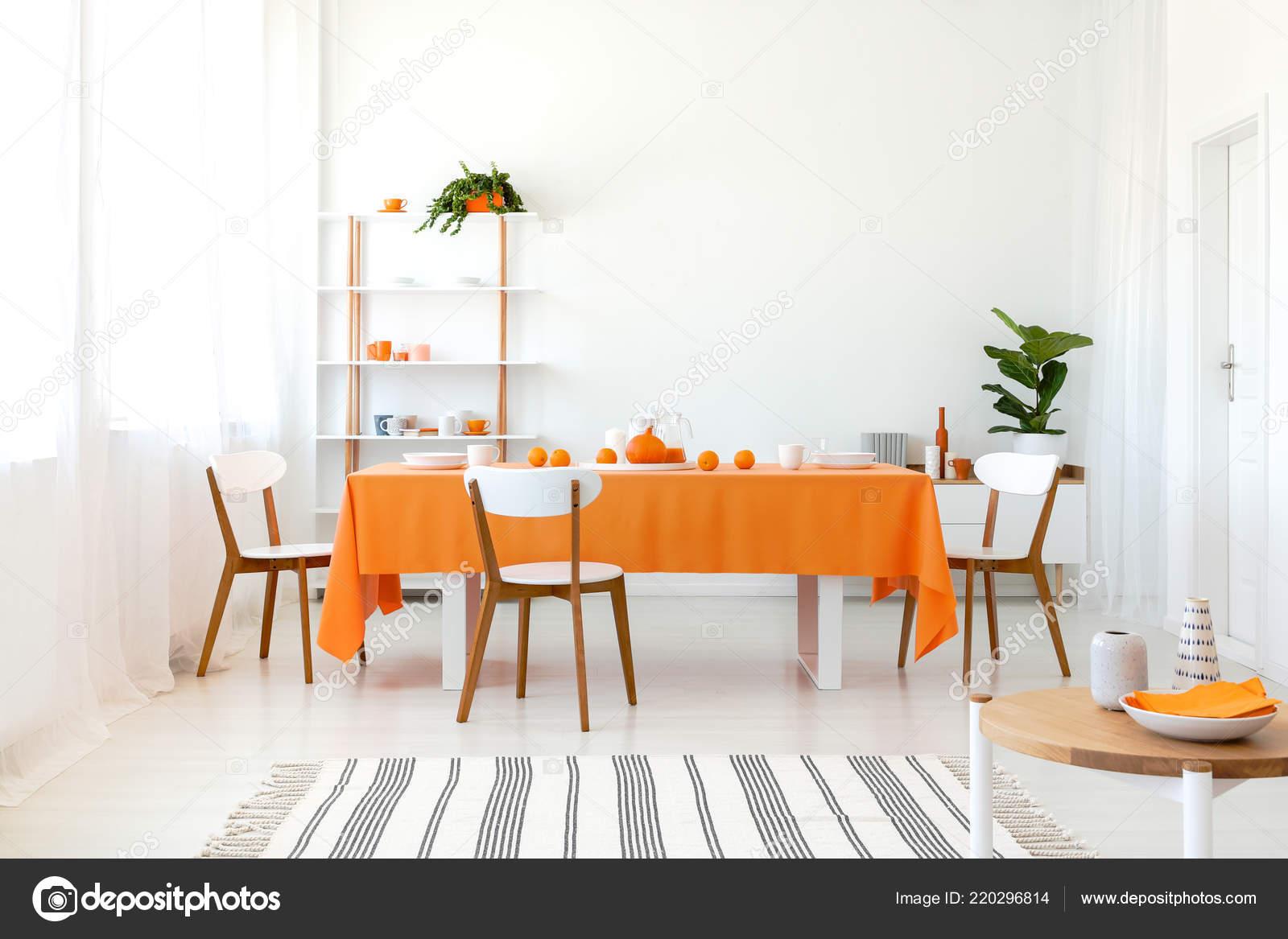 Eetkamer Van Oranje : Lange eetkamer tafel bedekt met oranje tafellaken comfortabele