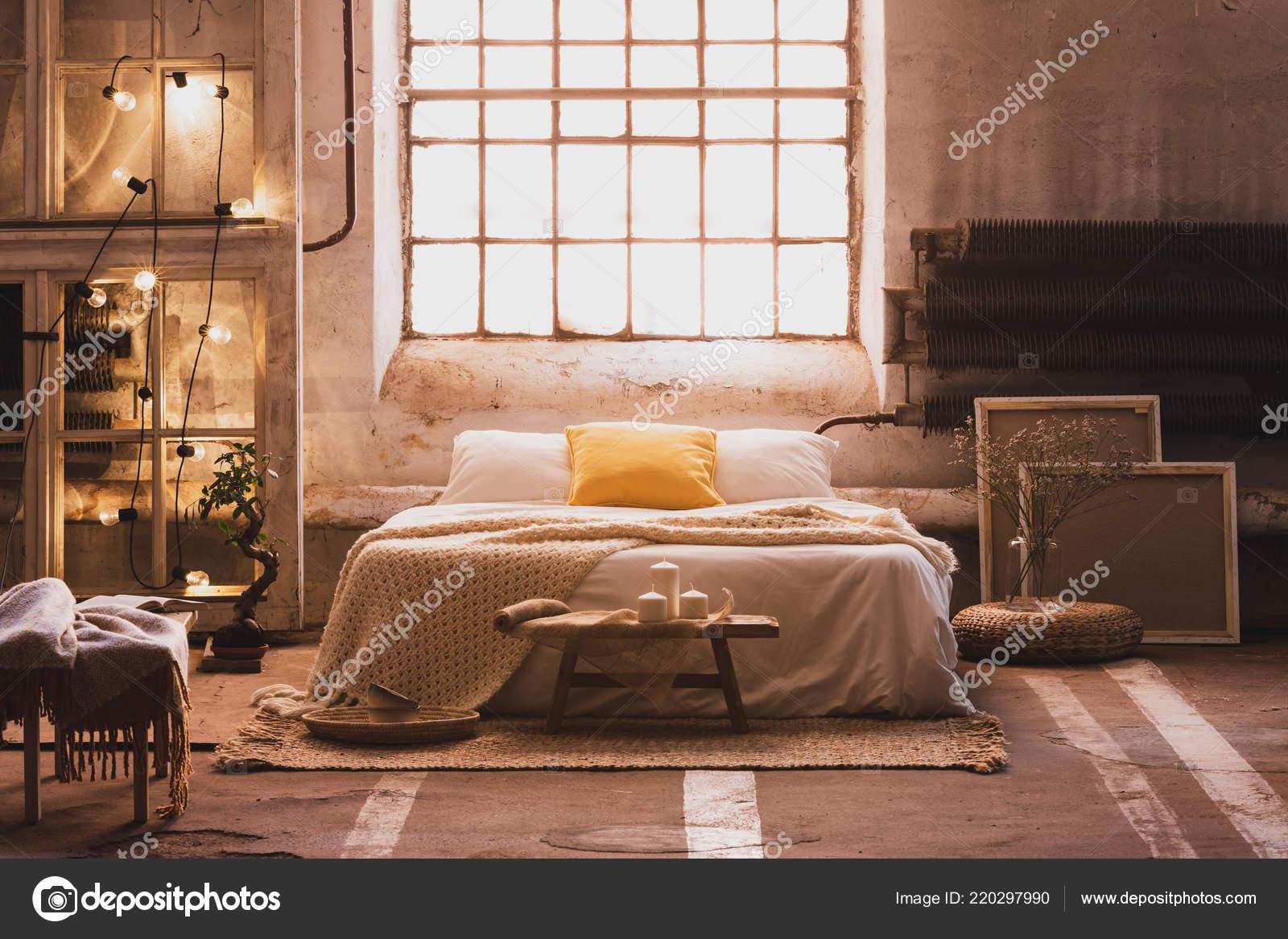 Letto Matrimoniale Giallo : Foto reale interno accogliente industriale camera letto con letto