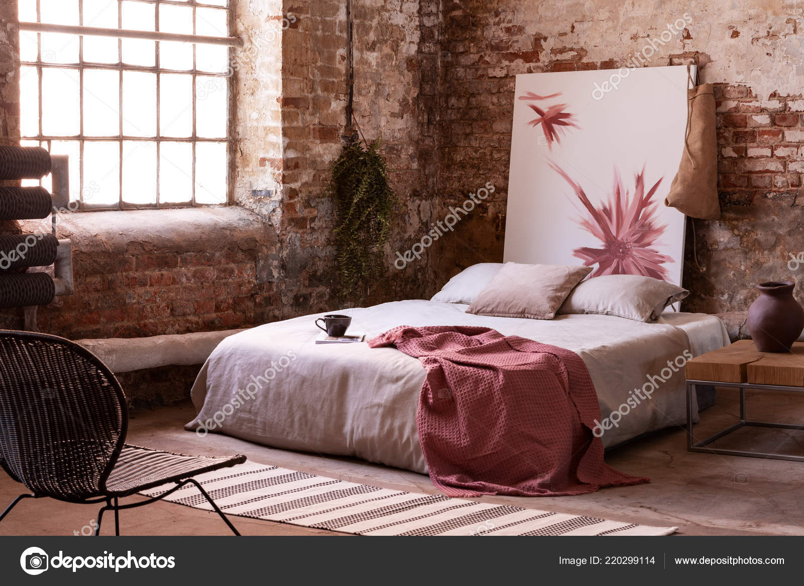 rode deken kussens grijs bed stoel slaapkamer interieur met poster stockfoto