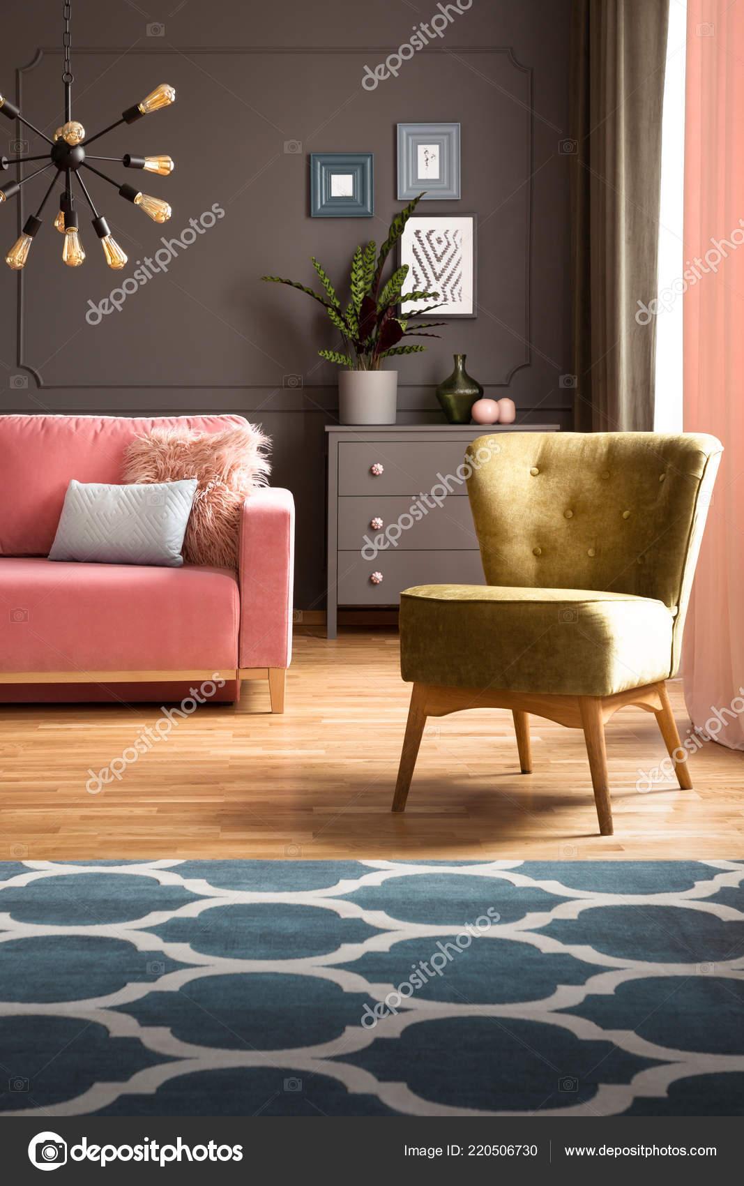 Elegante Grüne Sessel Und Einen Blauen Teppich Mit Muster Auf ...