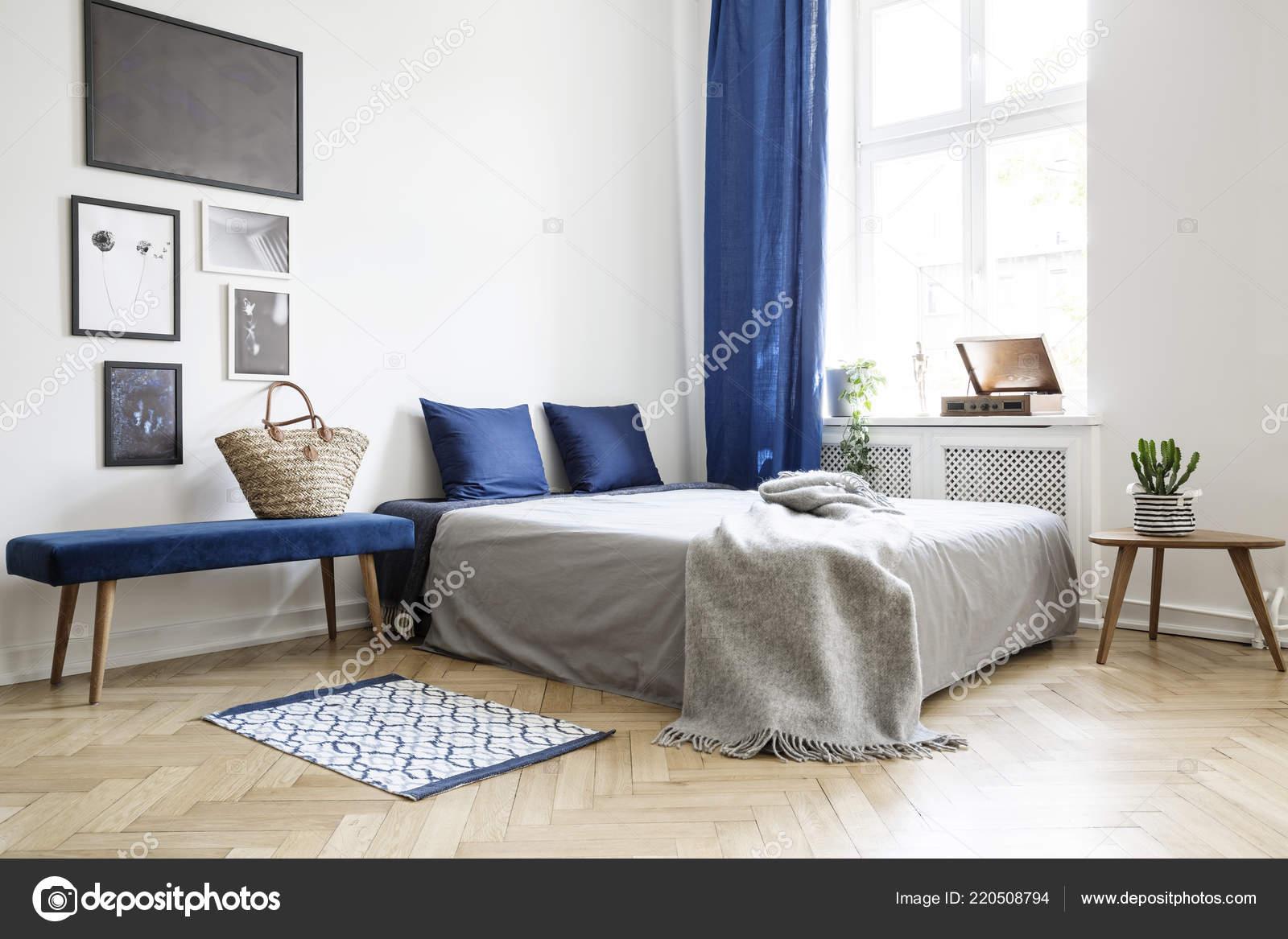 Schlafzimmer Design Modernen Wohnung Bett Mit Dunkel Blauen Kissen